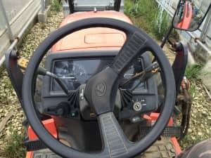 トラクターのハンドルと計器類