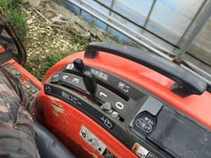 トラクター操縦席の右側にあるレバー