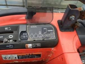 トラクター操縦席横のパネル