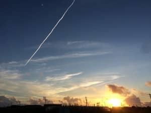 朝日と飛行機雲