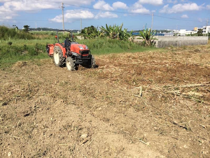 草刈りを終えた畑にトラクターを入れる