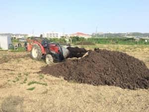 トラクターにローダを付けて堆肥を持ち上げる