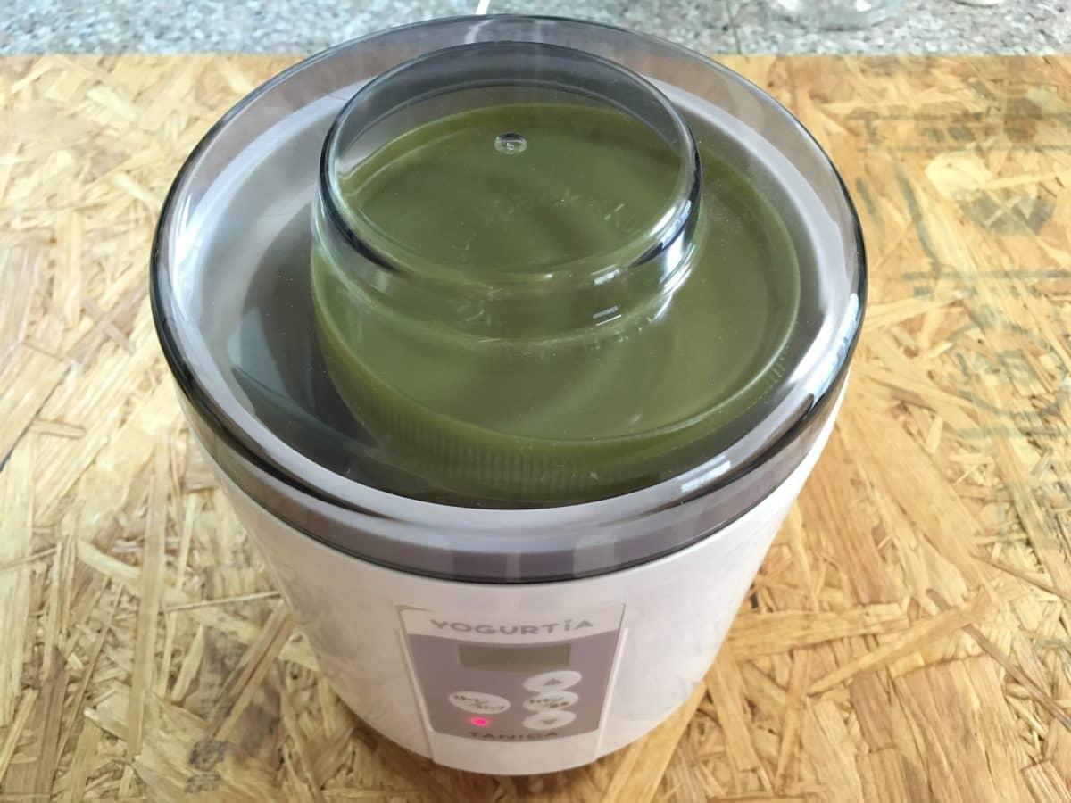 えひめAI-2の材料を混ぜた容器を、ヨーグルティアにセット