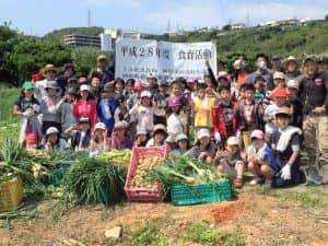 食育活動の収穫体験、成果と集合写真