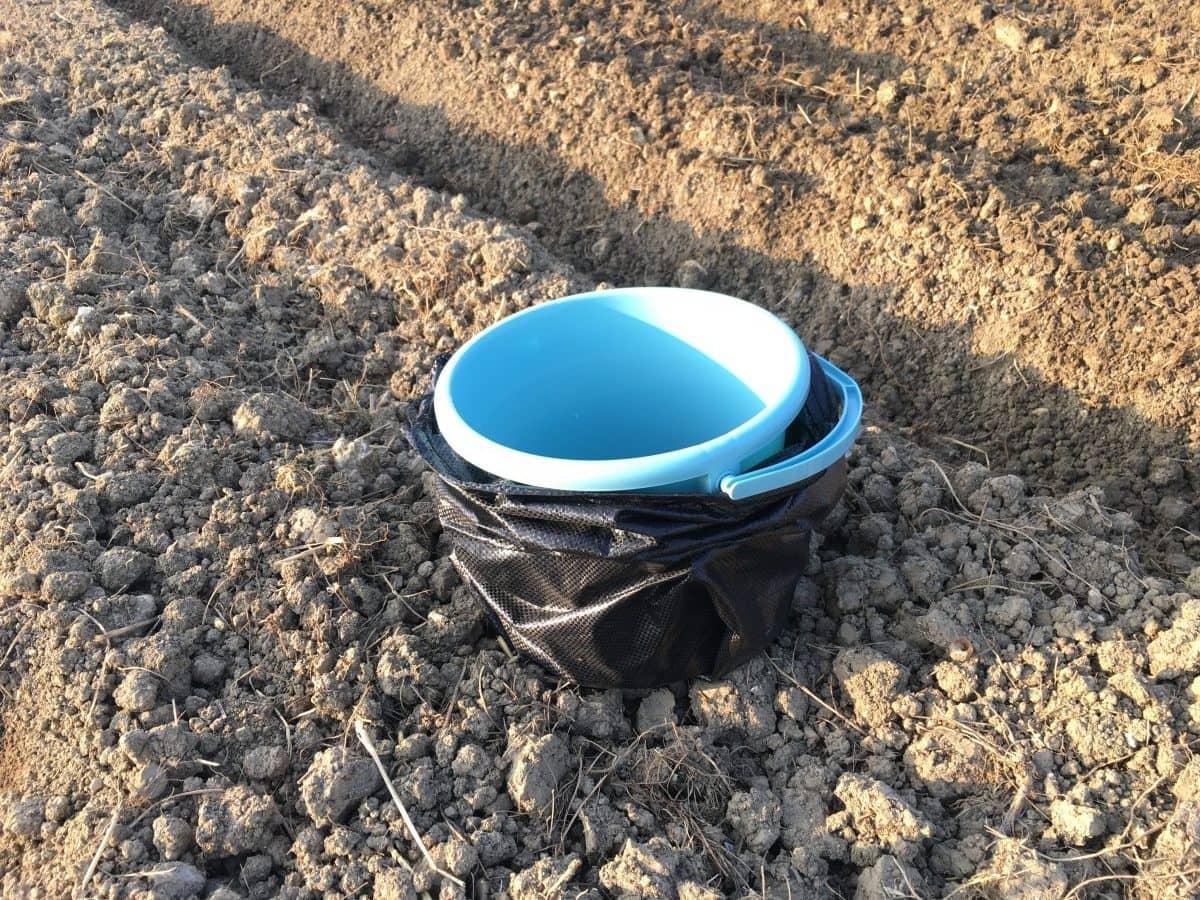 土嚢に、底の空いたバケツを設置