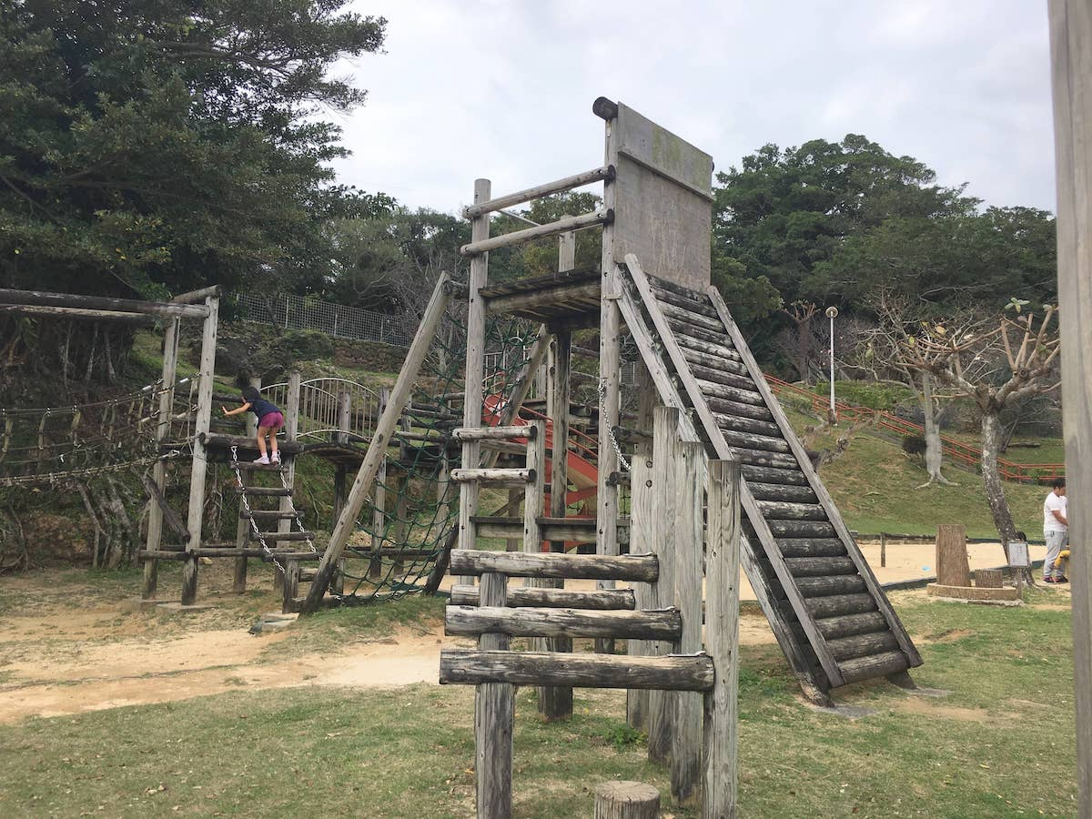 かなり高い場所まで登れる遊具。伊祖公園の木製アスレチック遊具