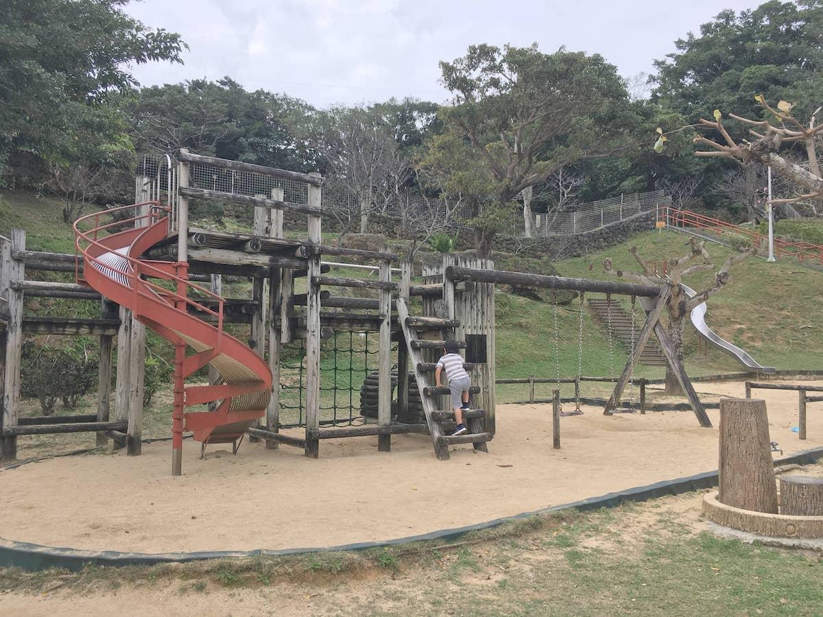 ブランコ、砂場、金属製の滑り台もあります。伊祖公園の木製アスレチック遊具