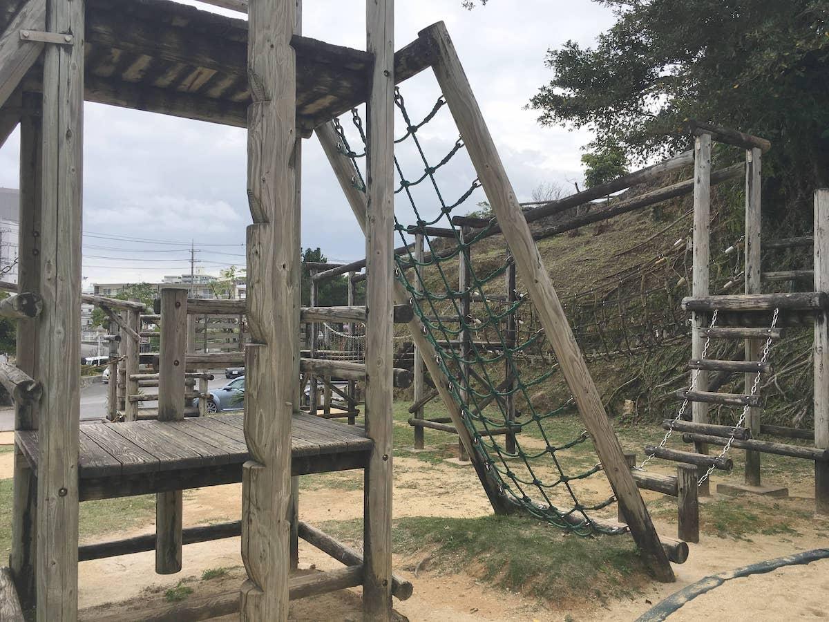 網を登って高い場所へ。伊祖公園の木製アスレチック遊具