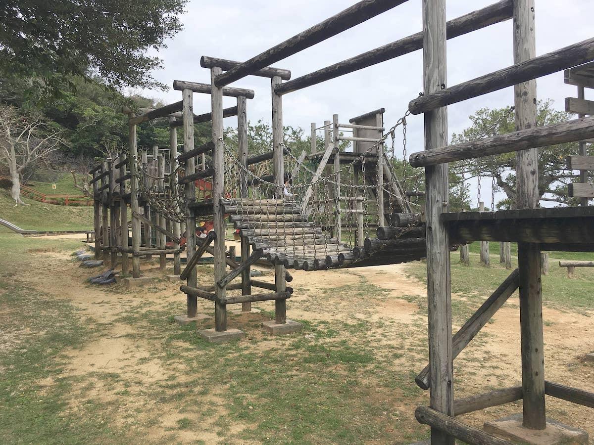 長い木製コースが続く。伊祖公園の木製アスレチック遊具