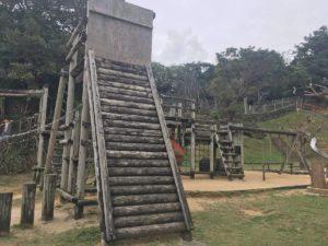 登りロープの遊具は閉鎖中。伊祖公園の木製アスレチック遊具