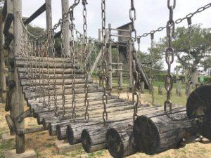 伊祖公園の木製アスレチック遊具に使われている丸太